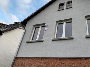 Hausfassade mit zwei WLAN-Antennen